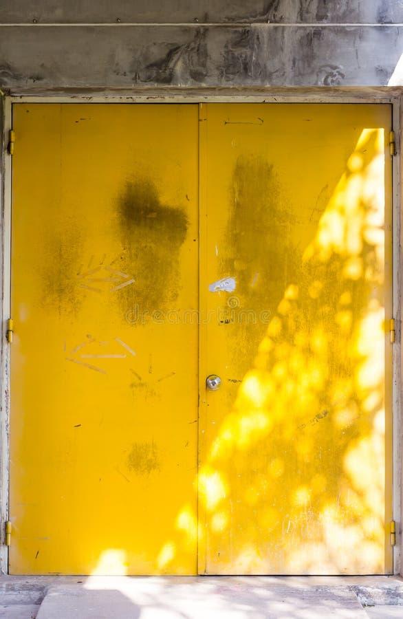 Желтая предпосылка двери стоковые фото