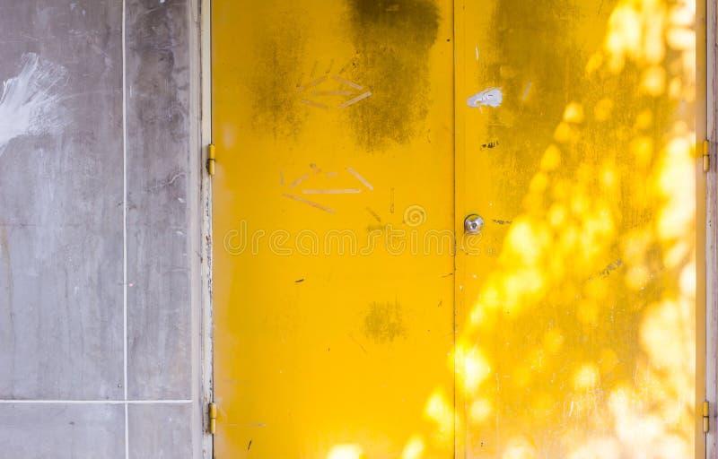 Желтая предпосылка двери стоковое изображение