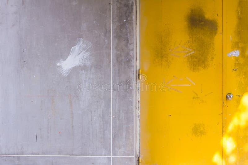 Желтая предпосылка двери стоковые изображения