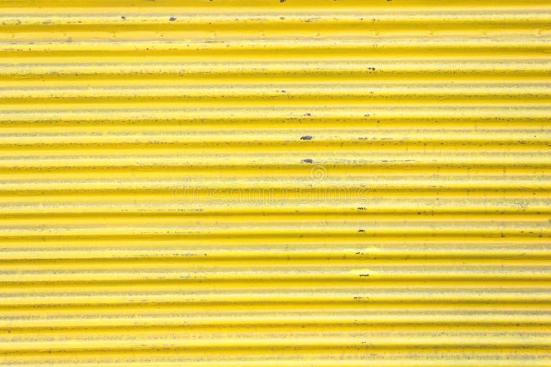 Желтая рифлёная дверь скольжения металлического листа стоковые фото