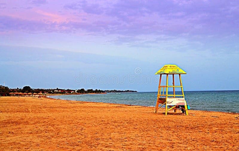 Желтая сторожевая башня пляжа стоковые фотографии rf