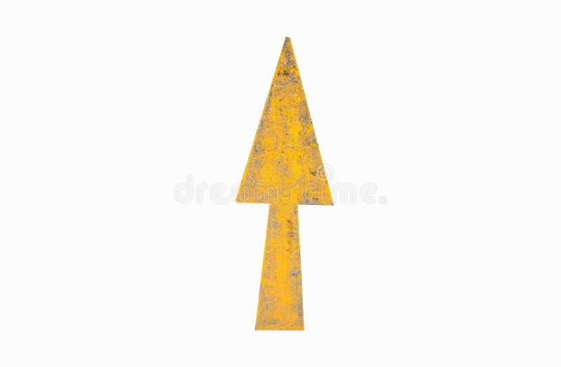 Желтая стрелка подписывает на дороге на белой предпосылке, закрепляя - p стоковое фото rf