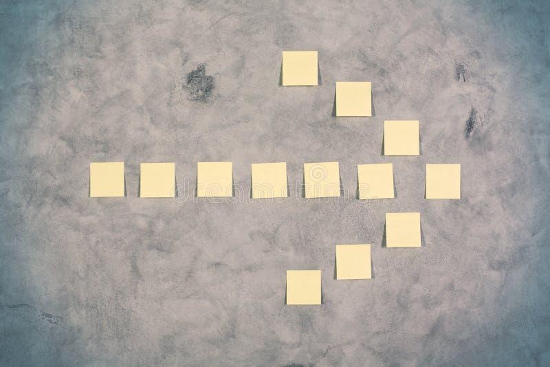 Желтая стрелка стикера иллюстрация штока