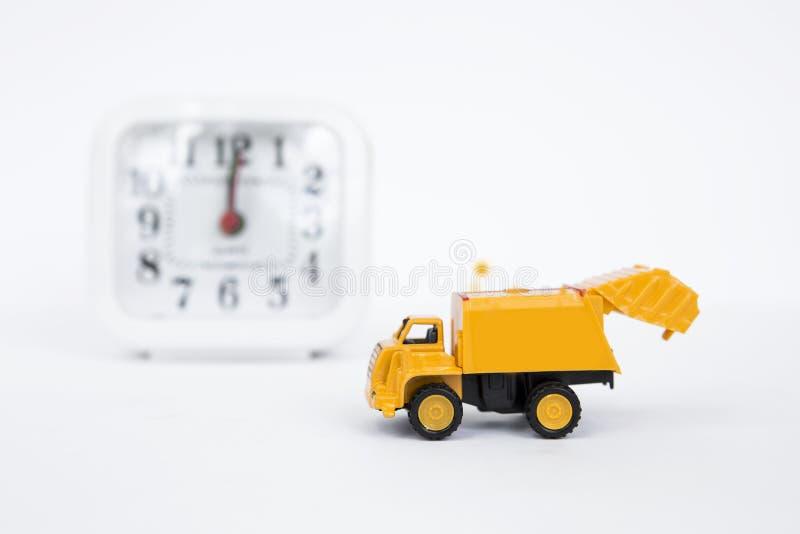 Желтая тележка с запачканными часами на предпосылке стоковые фотографии rf