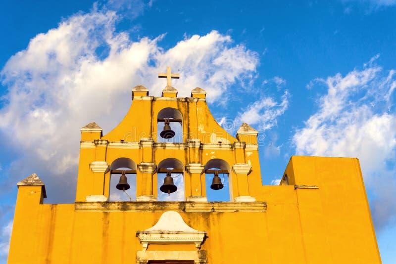 Желтая церковь в Кампече стоковые фото