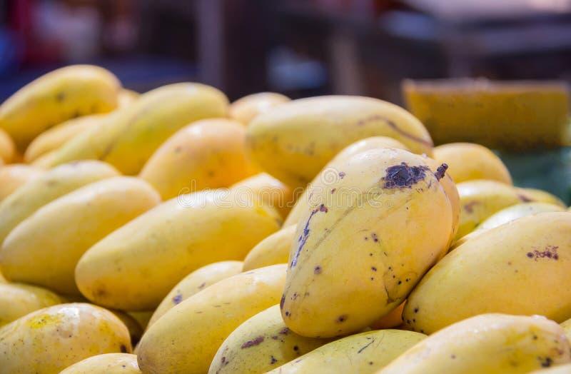Желтое манго в рынке стоковые фотографии rf