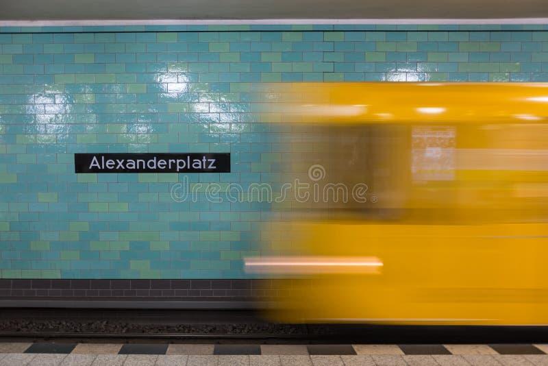 Желтое метро в движении на станции метро Берлина Alexanderplatz стоковые изображения