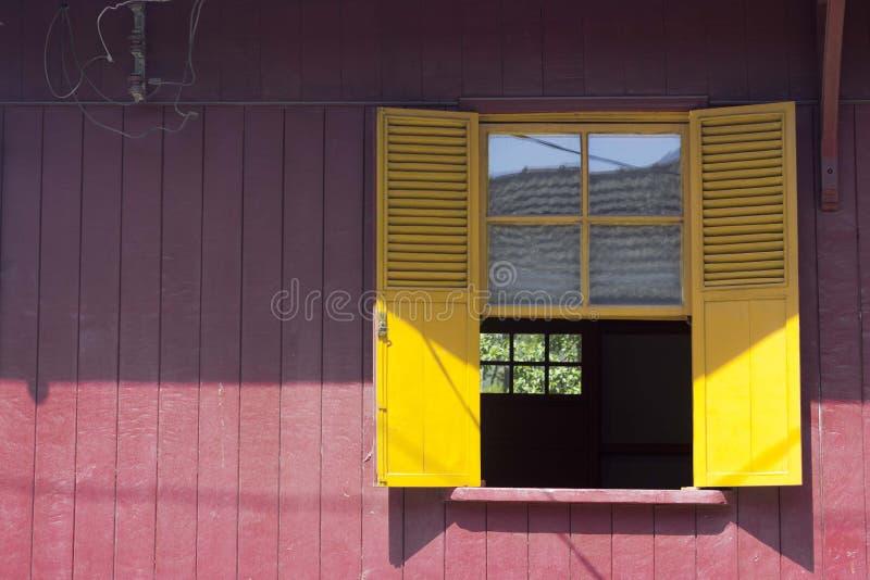 Желтое окно стоковые изображения