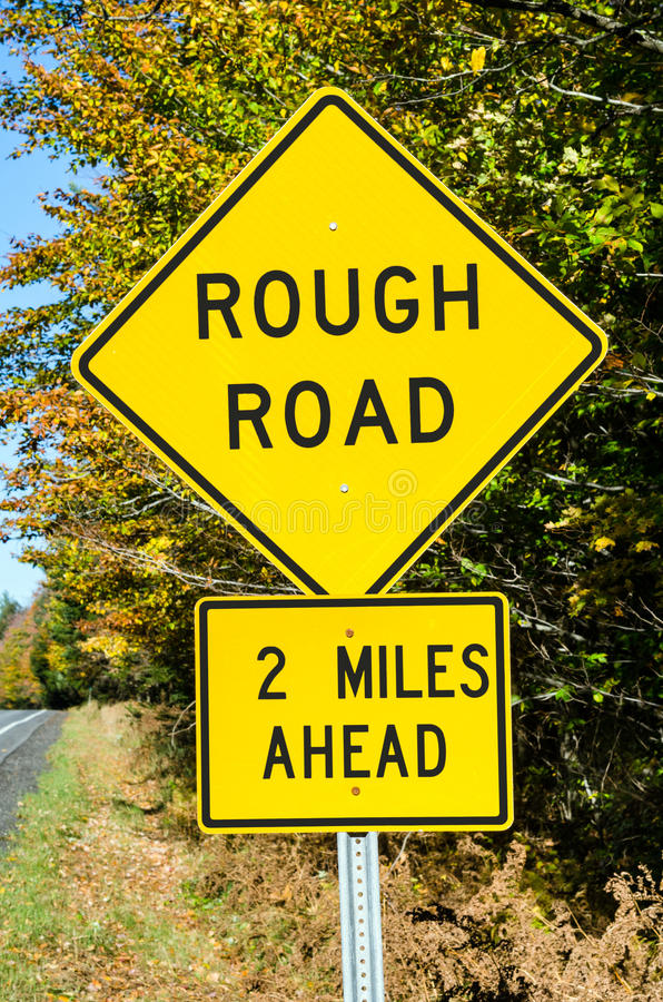 Желтое предупреждение поет на проселочной дороге стоковые изображения