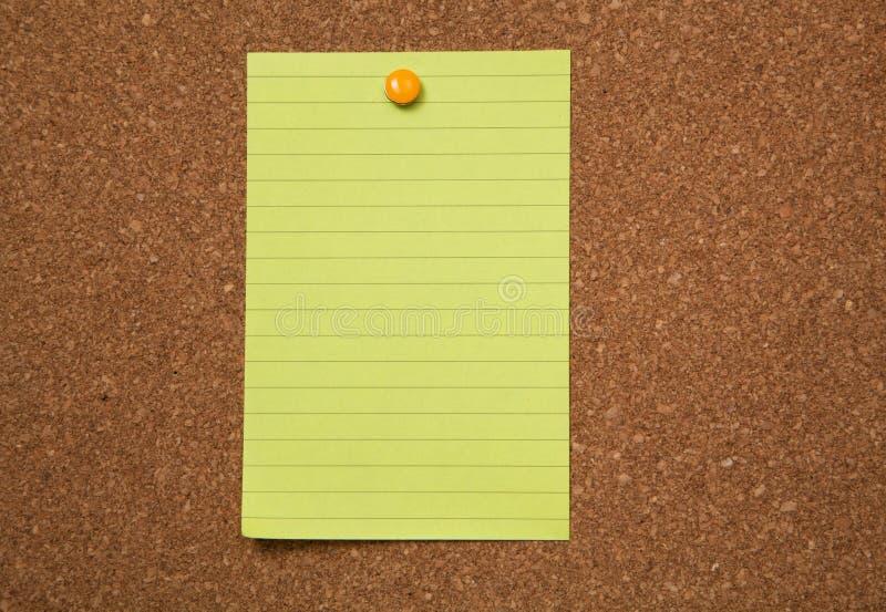 Желтое примечание прикалыванное на corckboard стоковое фото rf