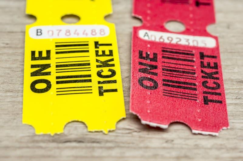 Желтые и красные бумажные билеты стоковая фотография rf