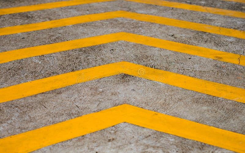 Желтые нашивки на поле бетона предпосылки стоковое изображение rf
