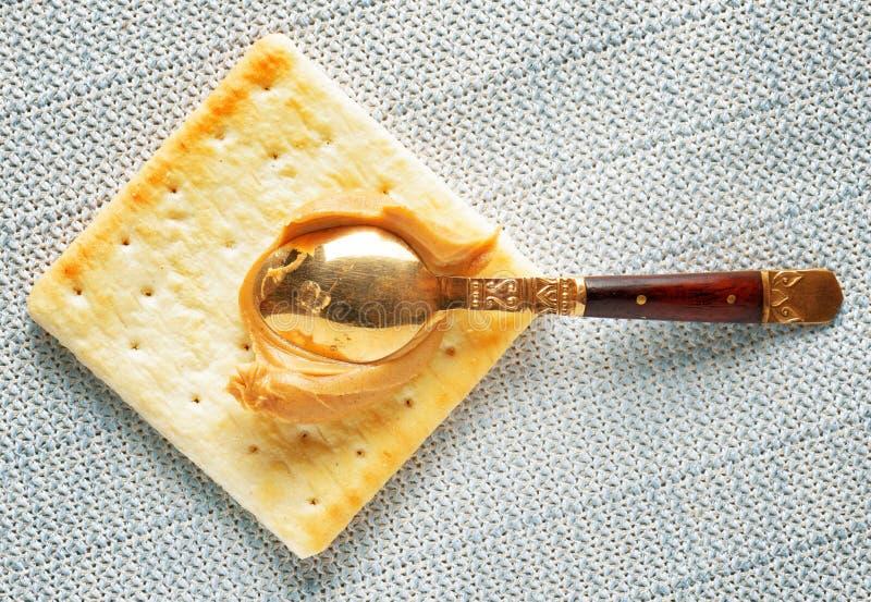 Желтые печенье и ложка года сбора винограда с арахисовым маслом стоковые фотографии rf