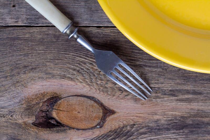 Желтые плита и деньги стоковые фотографии rf