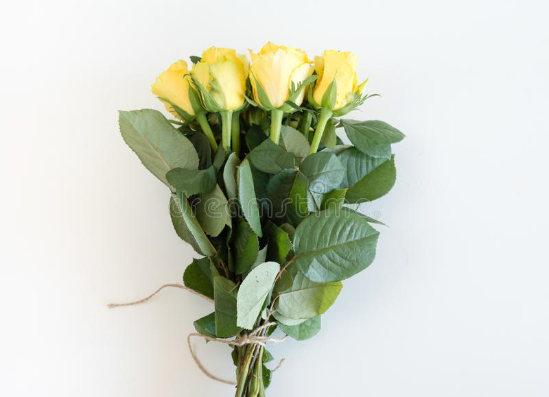 Желтые розы связанные с коричневой строкой стоковые изображения