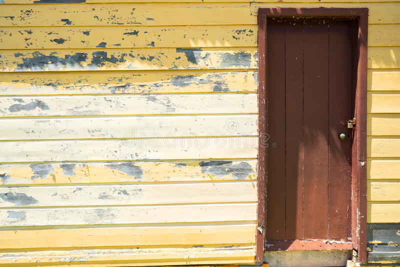 Желтые стена & дверь стоковая фотография