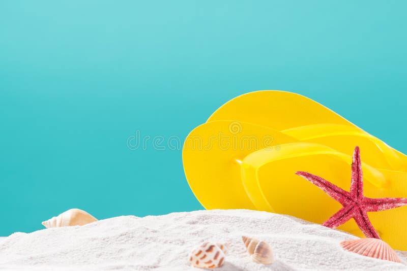 Желтые темповые сальто сальто на пляже против голубой предпосылки стоковые фото