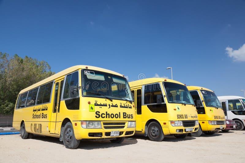 Желтые школьные автобусы в Дубай стоковое изображение