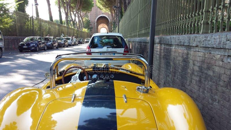 Желтый автомобиль стоковое фото