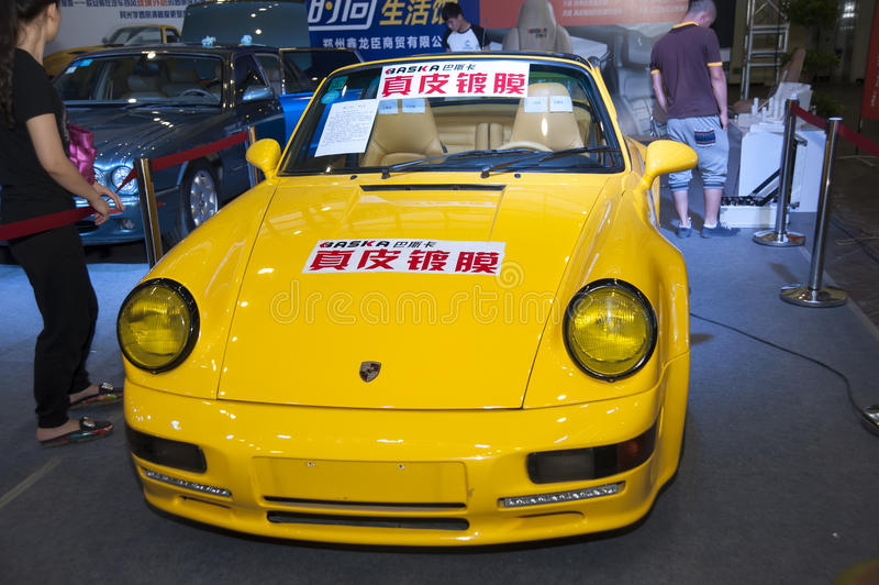 Желтый автомобиль coupe Порше стоковая фотография