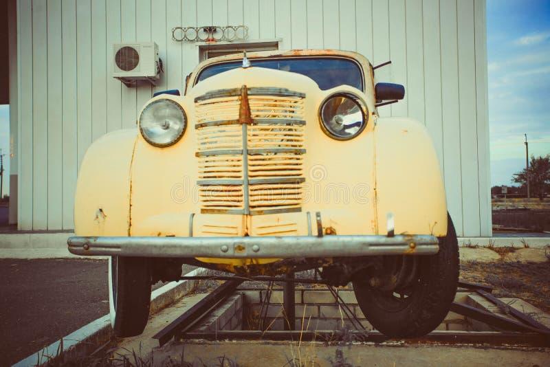 Желтый автомобиль Volkswagen Beetle винтажный в улице стоковые изображения