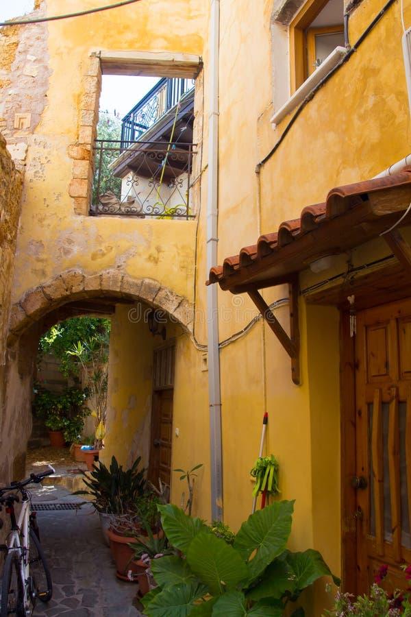Желтый двор на улице в греческом городке Chania Крит стоковое изображение