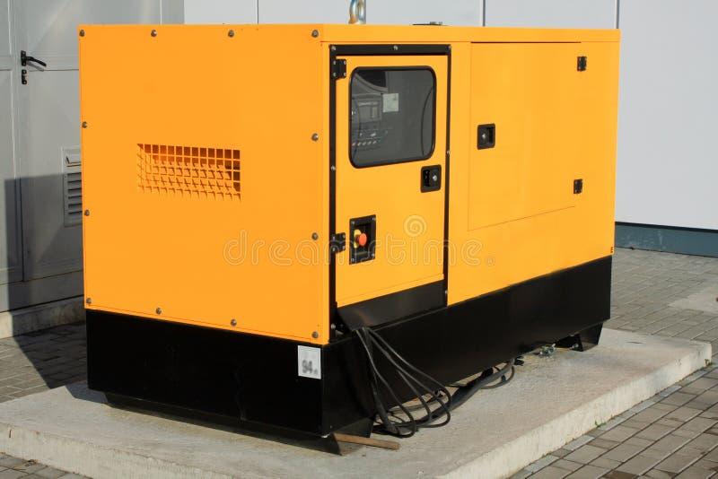 Желтый вспомогательный тепловозный генератор для непредвиденного электричества стоковые фотографии rf