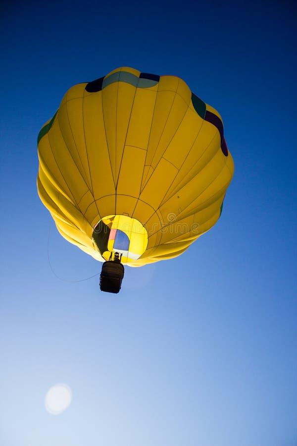 Желтый горячий воздушный шар стоковое изображение