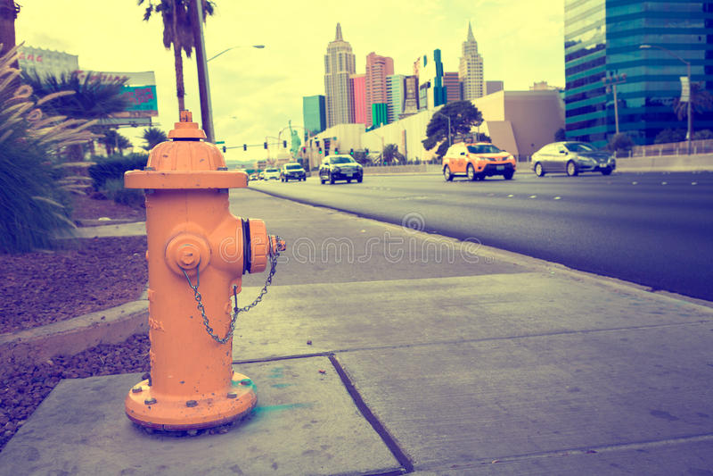 Download Желтый жидкостный огнетушитель на дороге Стоковое Фото - изображение насчитывающей отражение, строя: 81801804