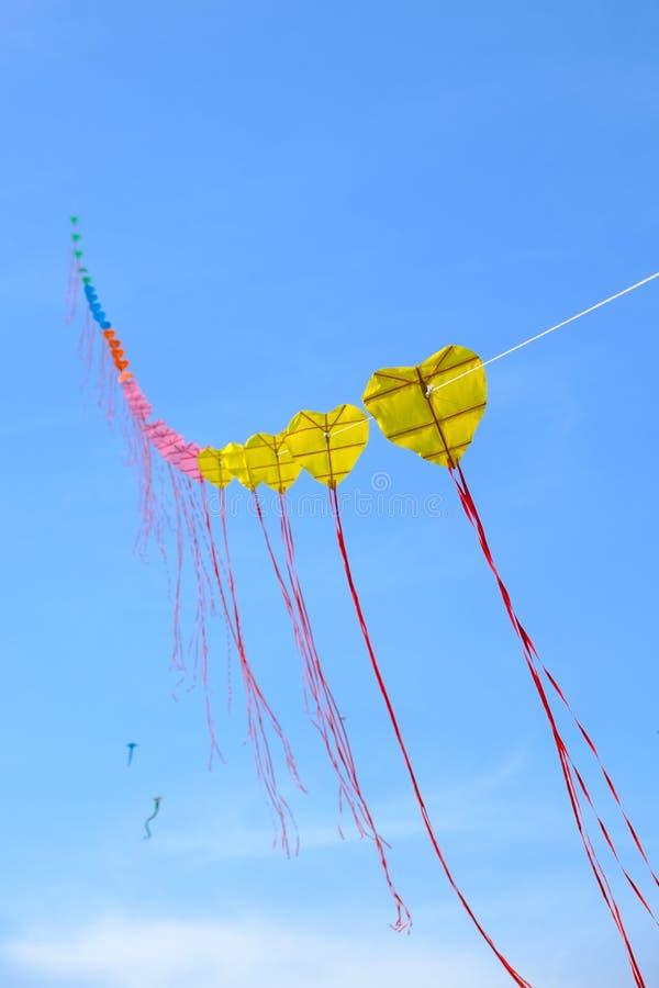 Желтый змей в голубом небе стоковое изображение rf