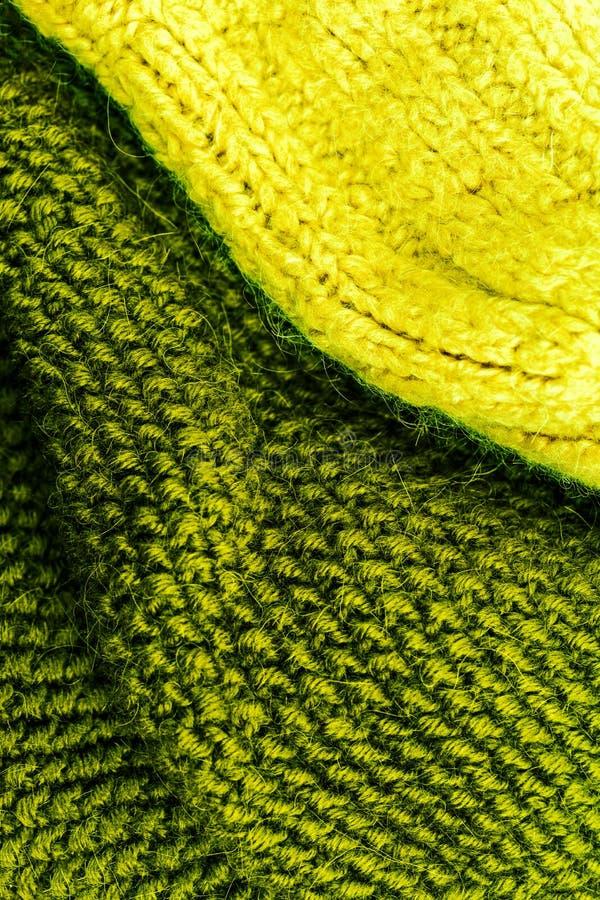Желтый и зеленый связанный конец предпосылки текстуры ткани шерстей вверх стоковое изображение