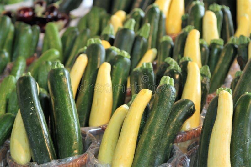 Желтый и зеленый сквош цукини в рынке стоковое изображение
