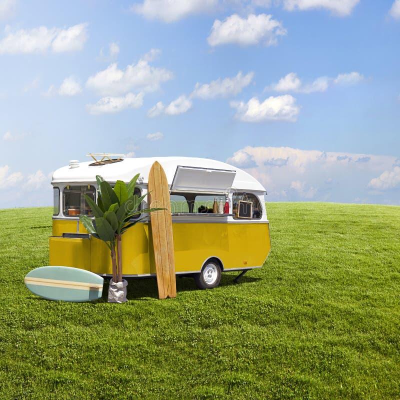 Желтый караван тележки еды на поле травы стоковые изображения