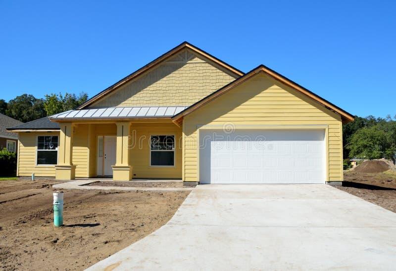 Желтый новый дом под конструкцией стоковое изображение rf