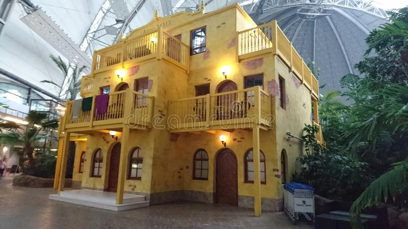 Желтый дом в тропическом Isalnd стоковая фотография rf