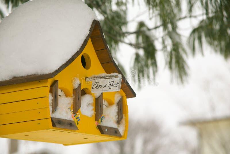Желтый дом птицы с знаком ренты Cheep стоковые изображения