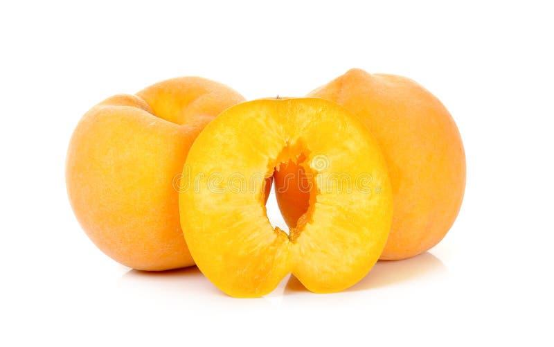 Желтый персик изолированный на белой предпосылке стоковые изображения rf