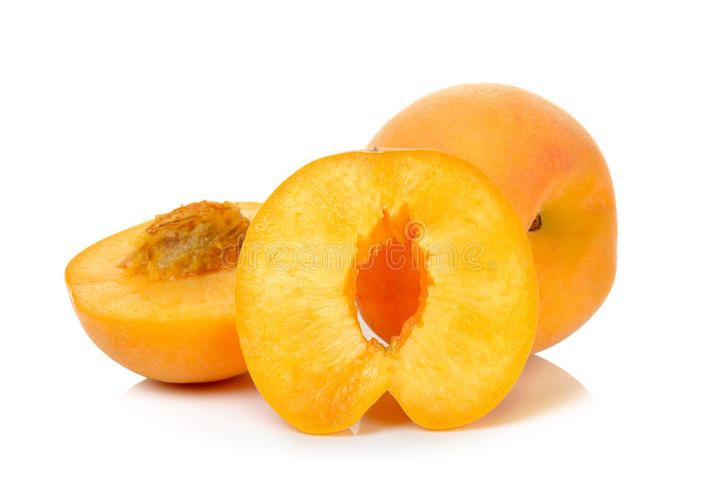 Желтый персик изолированный на белой предпосылке стоковое фото