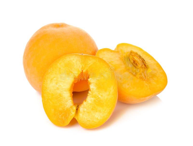 Желтый персик изолированный на белой предпосылке стоковые изображения