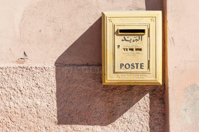 Желтый почтовый ящик в Marrakesh стоковые изображения