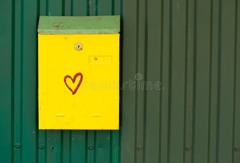 Желтый почтовый ящик стоковые изображения rf