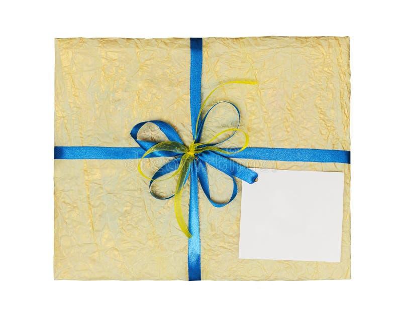 Желтый подарок который элегантно упакован в скомканную бумагу стоковая фотография rf