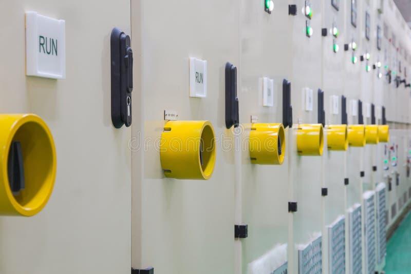 Желтый предохранитель шкафа электротехнического оборудования управлением переключателя стоковые изображения rf