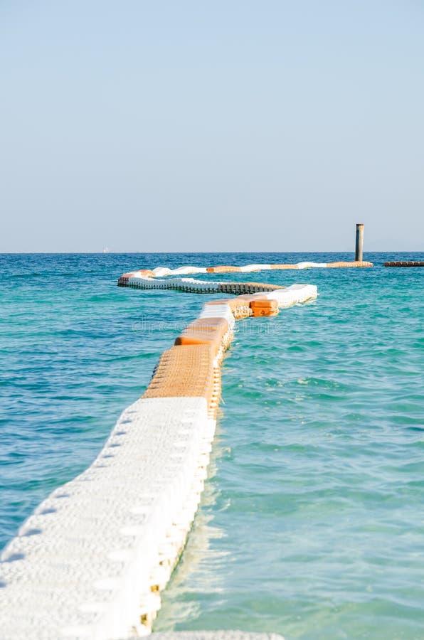 Желтый пластичный плавая док зигзага стоковая фотография rf