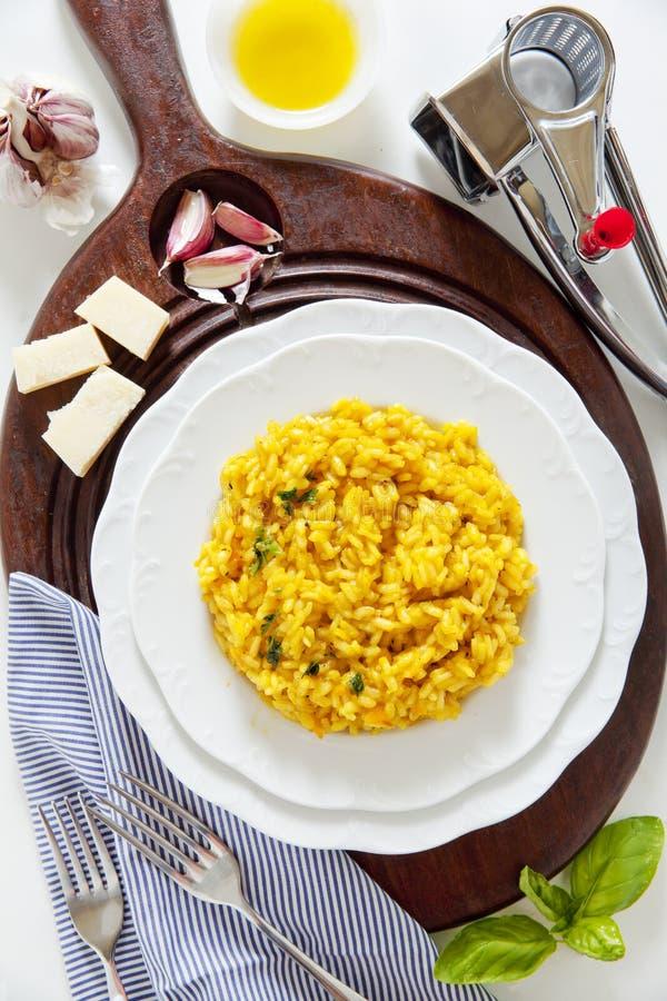 Желтый ризотто шафрана Milanese Итальянское здоровое вегетарианское блюдо стоковая фотография