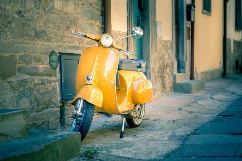 Желтый самокат в тосканском городке Cortona стоковое фото