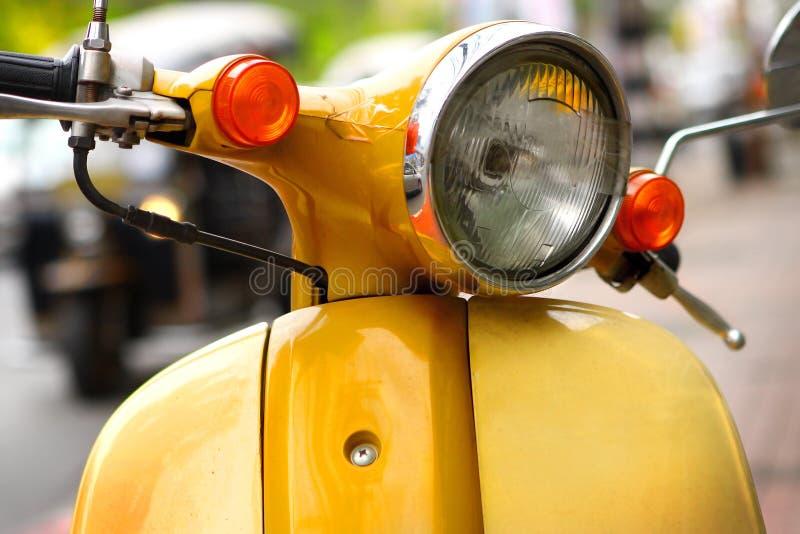 Желтый самокат на улице стоковое изображение rf