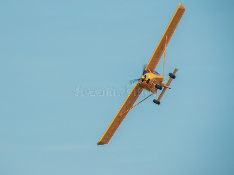 Желтый самолет в небе стоковое фото