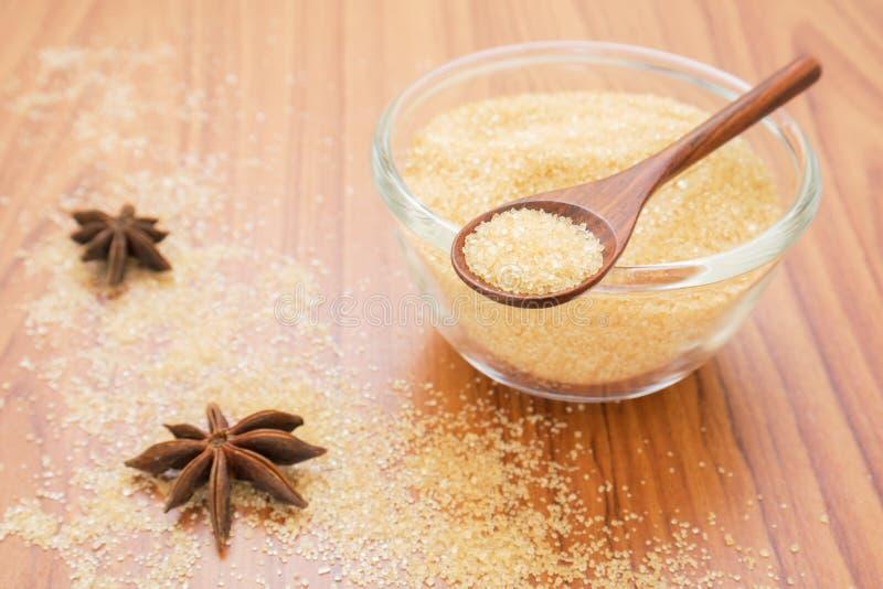 Желтый сахарный песок на деревянной ложке стоковая фотография rf