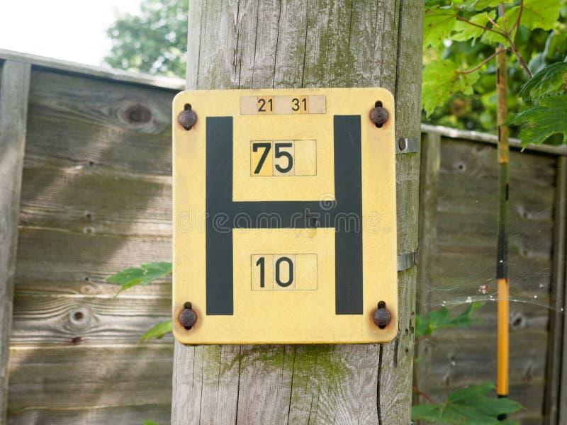 Желтый столб знака Великобритания h стоковые изображения rf